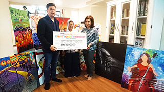 Creative Programme Director of Da Vinci Arts & Crafts Creative Development Centre Jimmy Tan (left) handing over the proceeds to Trustee of OrphanCare Foundation Puan Noraini Hashim (right).